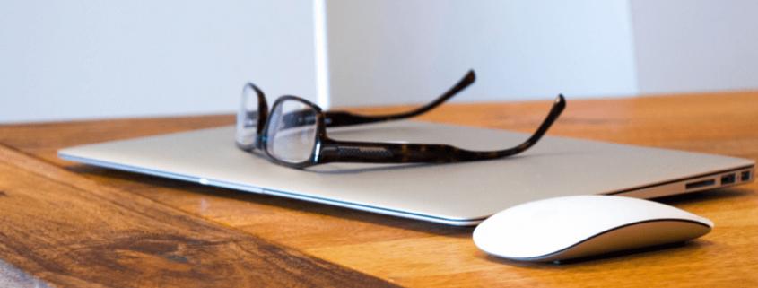 laptop met bril